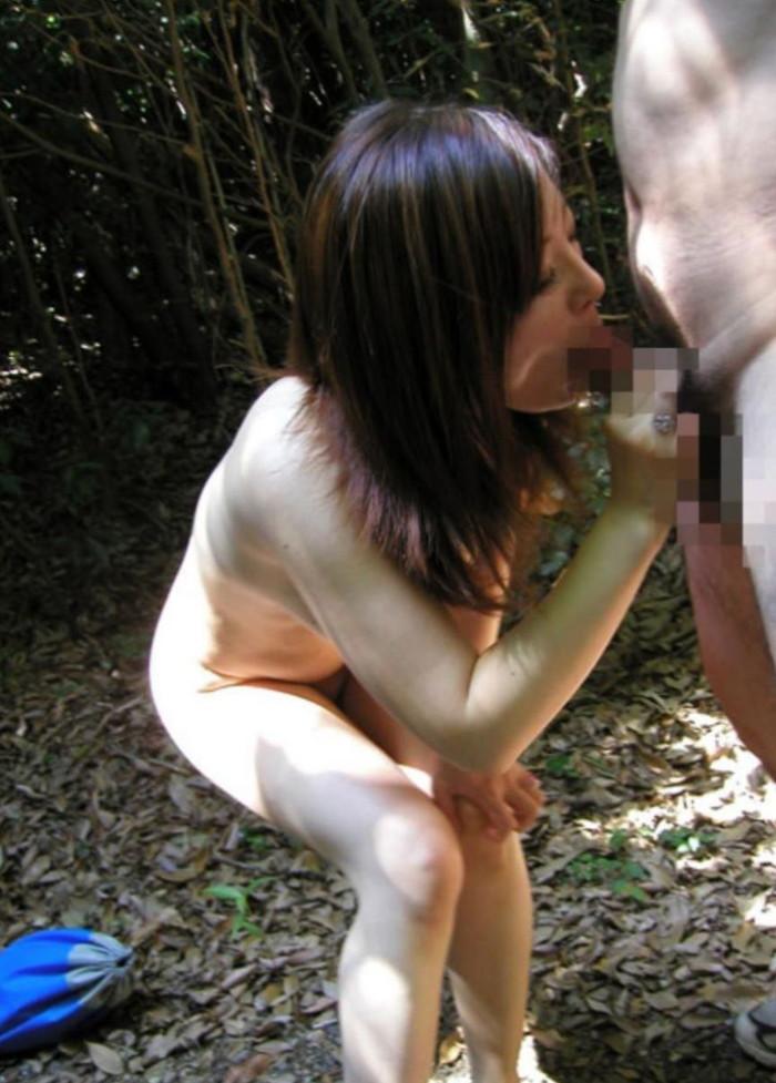 【野外フェラチオエロ画像】チンポに絡みつく女の子の舌とスリルが堪らない! 06
