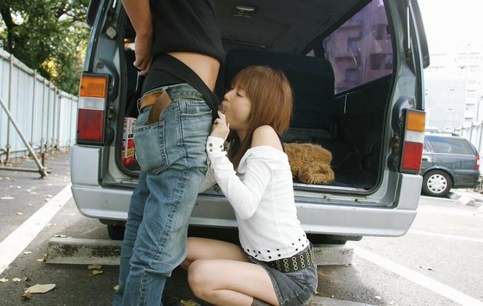 【野外フェラチオエロ画像】チンポに絡みつく女の子の舌とスリルが堪らない! 11