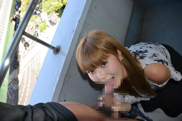 【野外フェラチオエロ画像】チンポに絡みつく女の子の舌とスリルが堪らない! 13