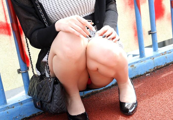 【しゃがみ込みパンチラエロ画像】しゃがみ込んだ女の子の股間をついつい注視してしまうw