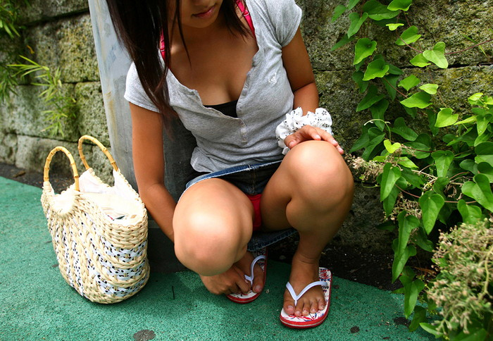 【しゃがみ込みパンチラエロ画像】しゃがみ込んだ女の子の股間をついつい注視してしまうw 01