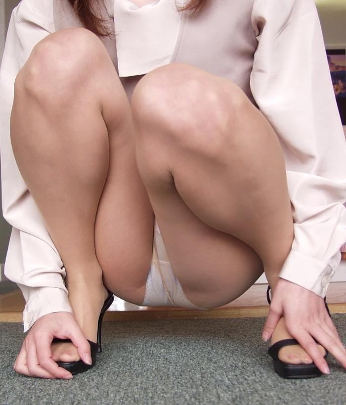 【しゃがみ込みパンチラエロ画像】しゃがみ込んだ女の子の股間をついつい注視してしまうw 02