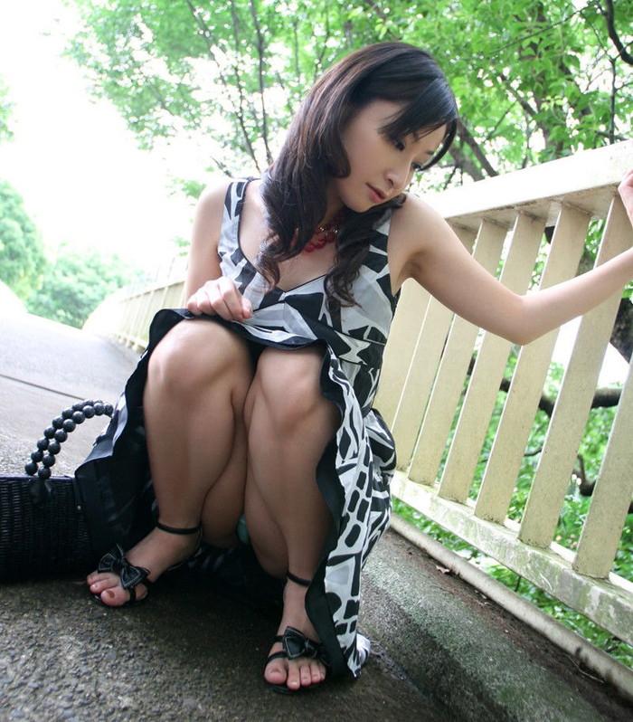 【しゃがみ込みパンチラエロ画像】しゃがみ込んだ女の子の股間をついつい注視してしまうw 20