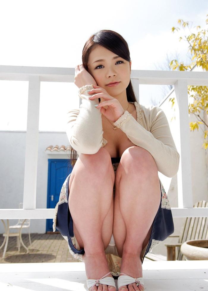 【しゃがみ込みパンチラエロ画像】しゃがみ込んだ女の子の股間をついつい注視してしまうw 23