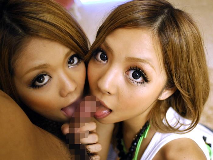 【ハーレムフェラエロ画像】女の子二人で一本のチンポを仲良くフェラチオww 14