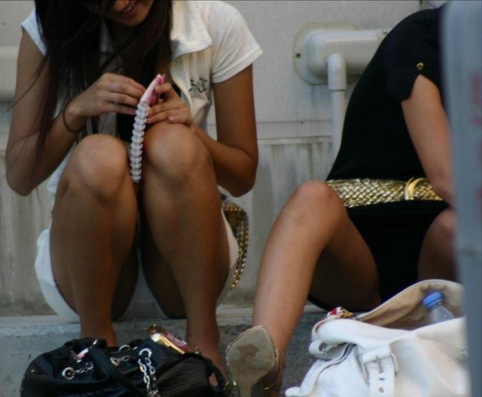 【街撮りパンチラエロ画像】街中でパンチラしている女の子見つけた!激写!ww