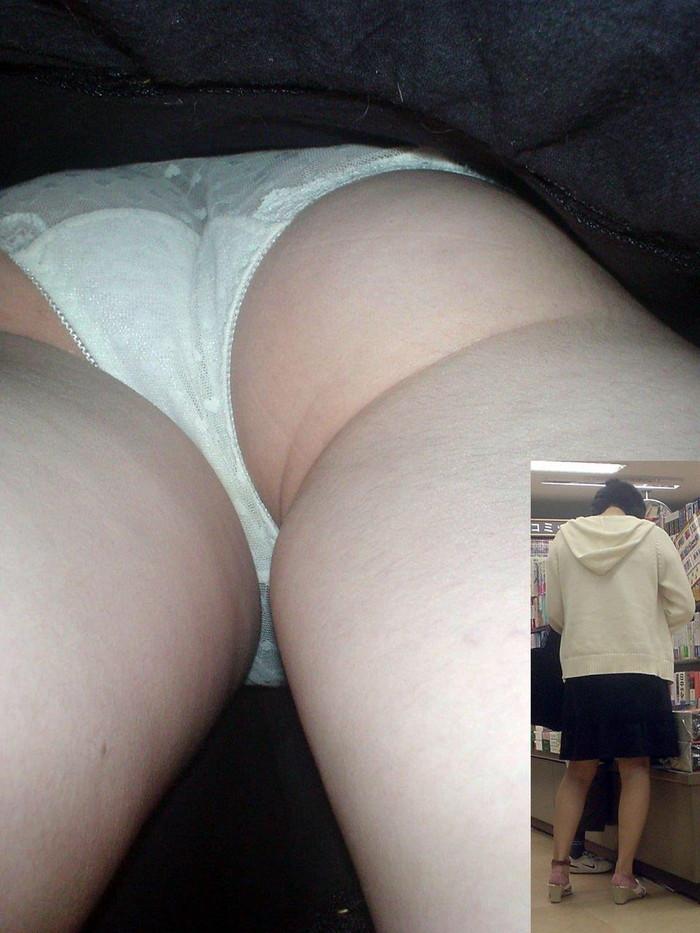 【パンチラ逆さ撮りエロ画像】真下から女の子の股間を狙ってみた結果がこちら! 06