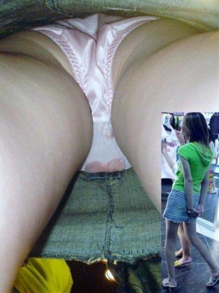 【パンチラ逆さ撮りエロ画像】真下から女の子の股間を狙ってみた結果がこちら! 15