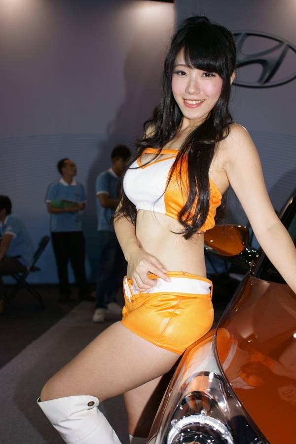 【キャンギャルエロ画像】露出過多な衣装でお客様の視線を奪うキャンギャルw 01