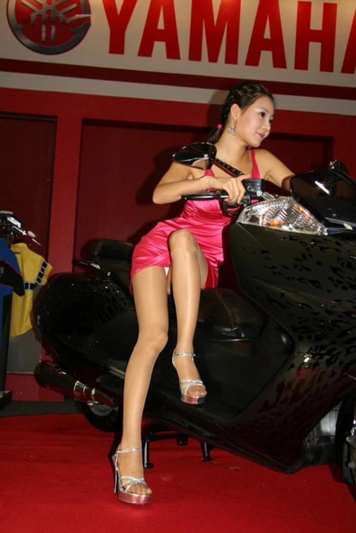 【キャンギャルエロ画像】露出過多な衣装でお客様の視線を奪うキャンギャルw 16