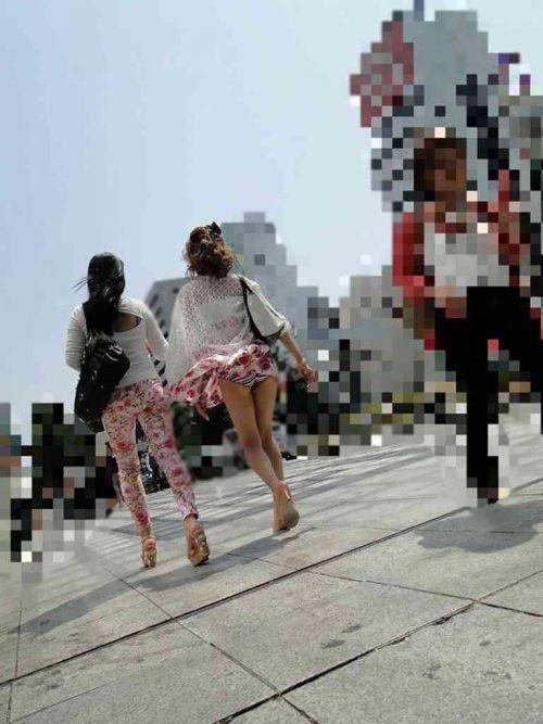 【街撮りパンチラエロ画像】偶然みつけたエロスだから勃起する!素人パンチラ! 23