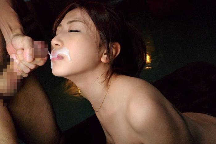 【顔射エロ画像】女の子達の可愛い顔に男の欲望の汁がいやらしくトッピング! 07