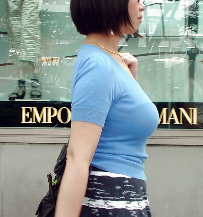 【着衣巨乳エロ画像】街中で一際目立つ巨乳ちゃん!着衣巨乳の存在感!w 04