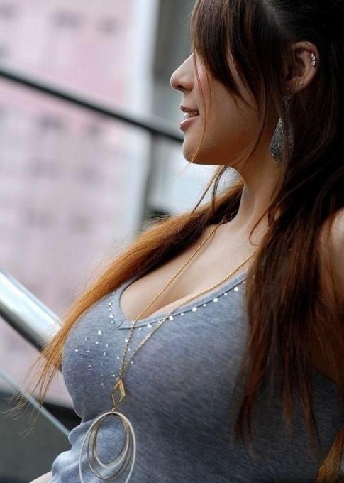 【着衣巨乳エロ画像】街中で一際目立つ巨乳ちゃん!着衣巨乳の存在感!w 08