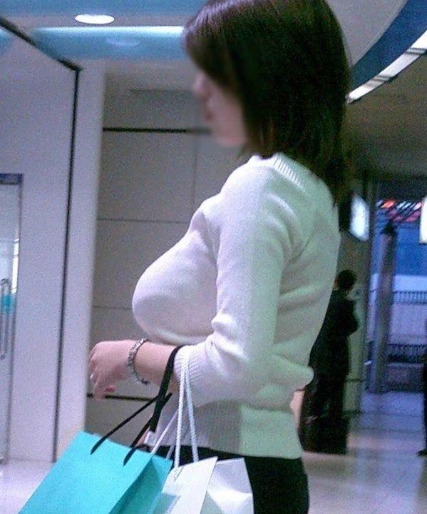 【着衣巨乳エロ画像】街中で一際目立つ巨乳ちゃん!着衣巨乳の存在感!w 13