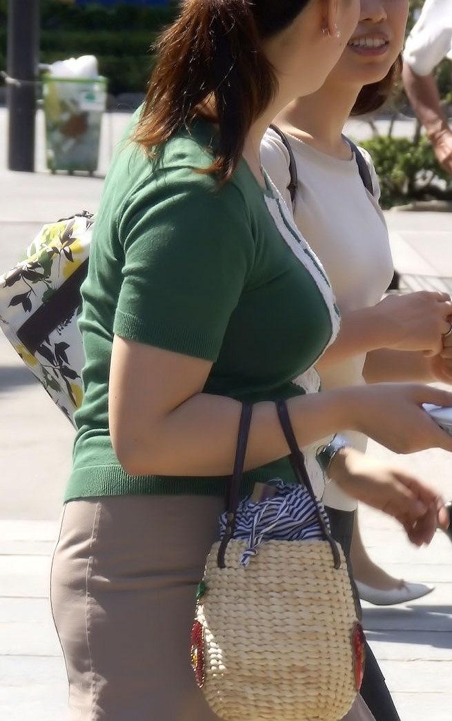【着衣巨乳エロ画像】街中で一際目立つ巨乳ちゃん!着衣巨乳の存在感!w 15