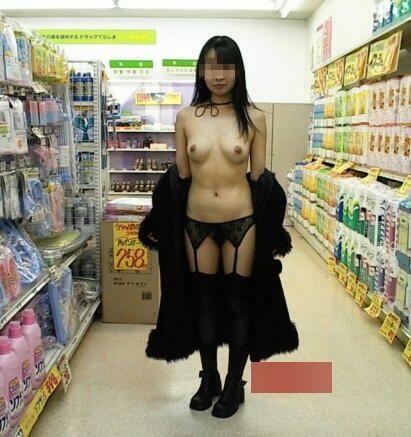 【店内露出エロ画像】マジキチ注意!営業中の店内で大胆露出プレイする女www 01