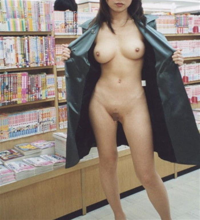 【店内露出エロ画像】マジキチ注意!営業中の店内で大胆露出プレイする女www 17