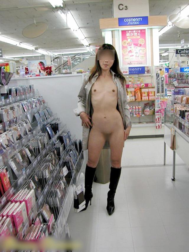 【店内露出エロ画像】マジキチ注意!営業中の店内で大胆露出プレイする女www 20