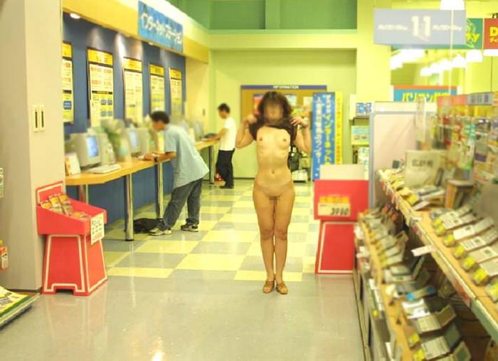 【店内露出エロ画像】マジキチ注意!営業中の店内で大胆露出プレイする女www 22