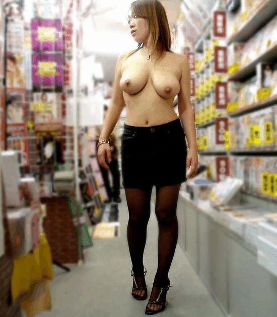 【店内露出エロ画像】マジキチ注意!営業中の店内で大胆露出プレイする女www 24
