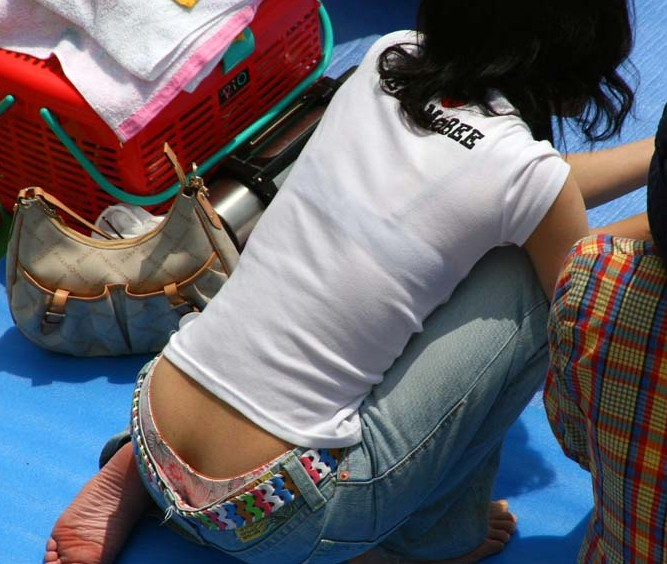 【ローライズエロ画像】このファッション、どうしたってパンツやお尻が見えちゃうんだよねw 07