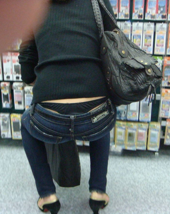 【ローライズエロ画像】このファッション、どうしたってパンツやお尻が見えちゃうんだよねw 24