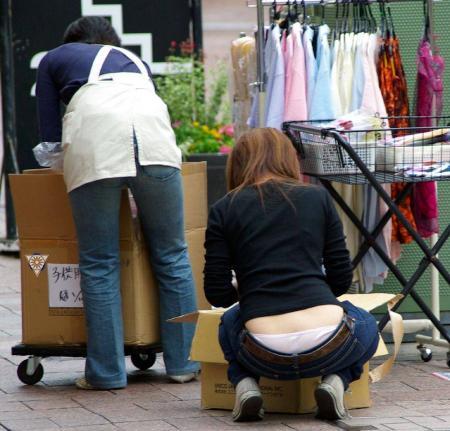 【ローライズエロ画像】このファッション、どうしたってパンツやお尻が見えちゃうんだよねw 26