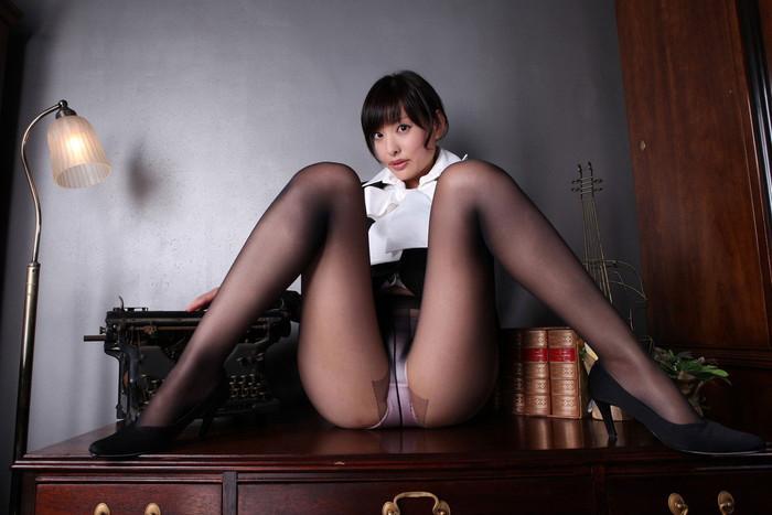 【M字開脚エロ画像】M字に開かれた両足!見せ付けられる股間に視線は集中! 17