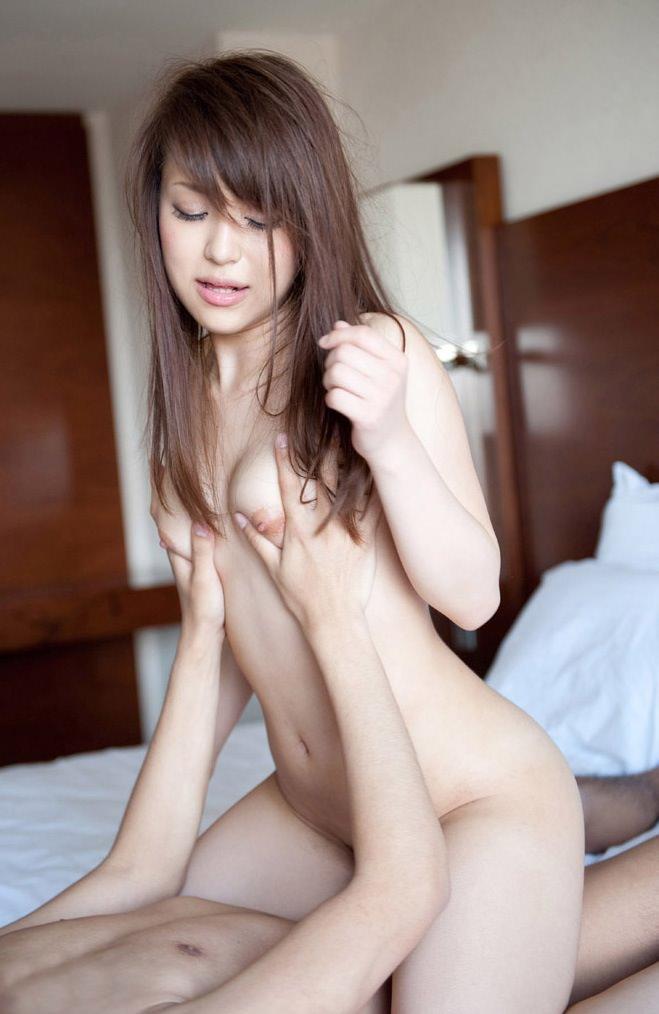 【騎乗位エロ画像】一心不乱にセックスを楽しむ女の子の姿を下から見上げる体位! 14
