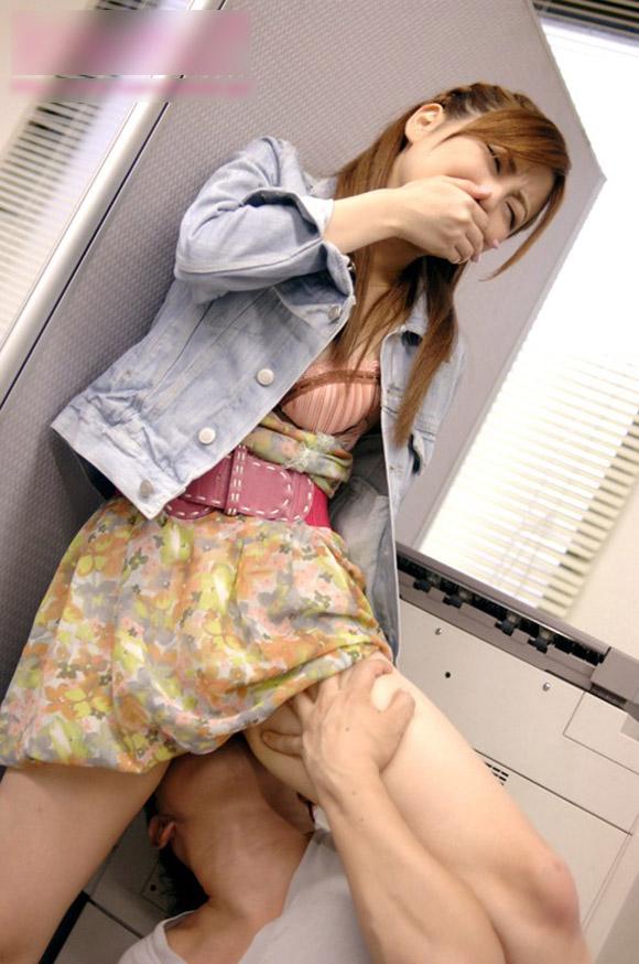 【クンニリングスエロ画像】立ったままクンニされちゃってる女の子!www 14