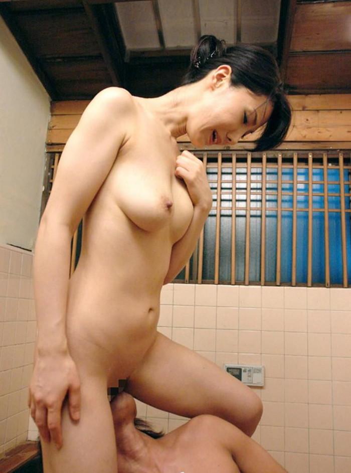 【クンニリングスエロ画像】立ったままクンニされちゃってる女の子!www 20