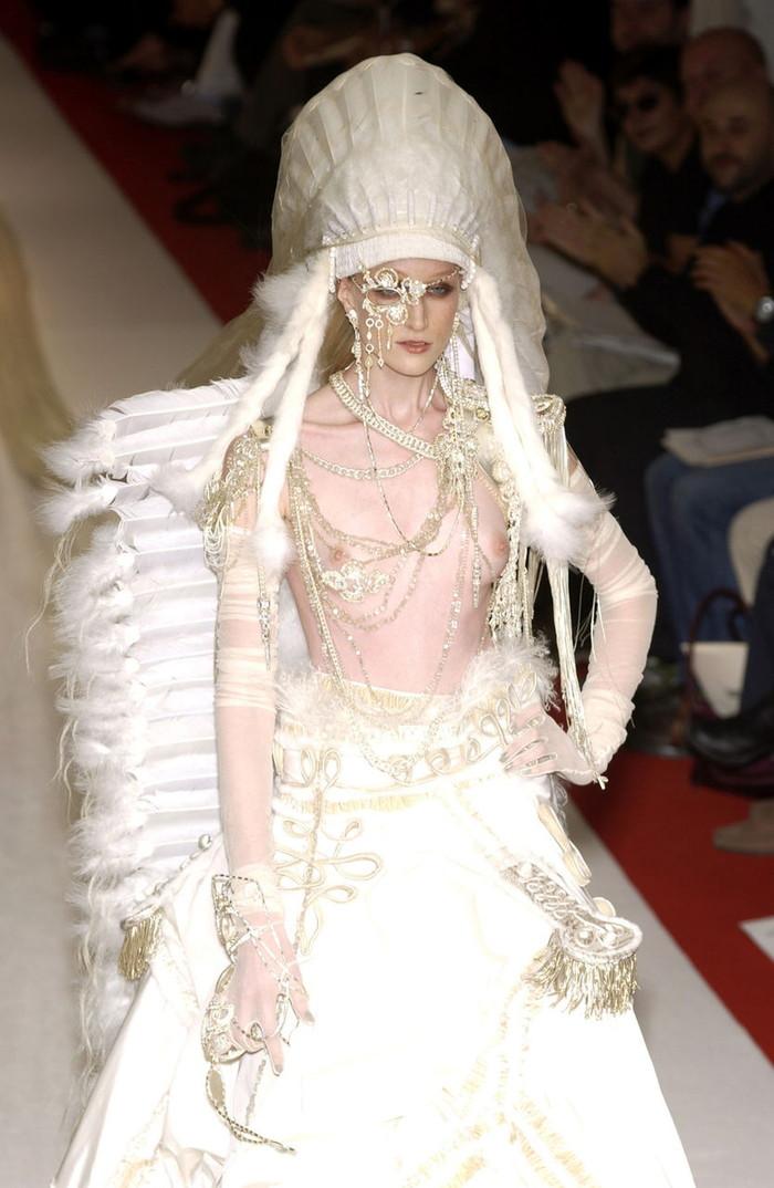 【ファッションショーエロ画像】これがファッションショー?まるでストリップ? 04