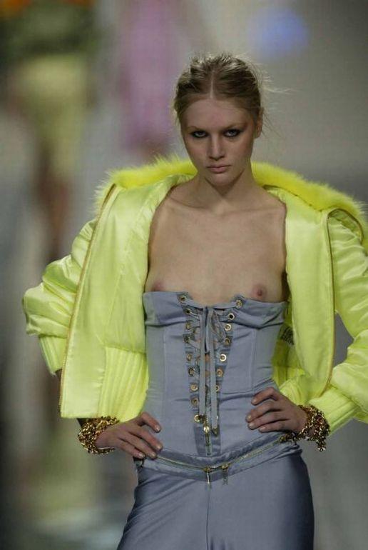【ファッションショーエロ画像】これがファッションショー?まるでストリップ? 16