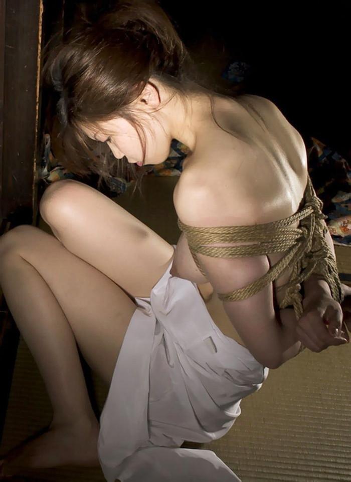 【SM緊縛エロ画像】拘束されて自由を奪われた女を見るとムズムズするよな!? 03