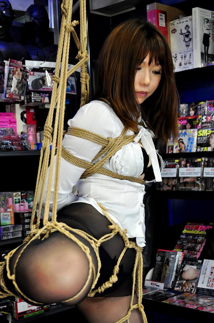 【SM緊縛エロ画像】拘束されて自由を奪われた女を見るとムズムズするよな!? 10