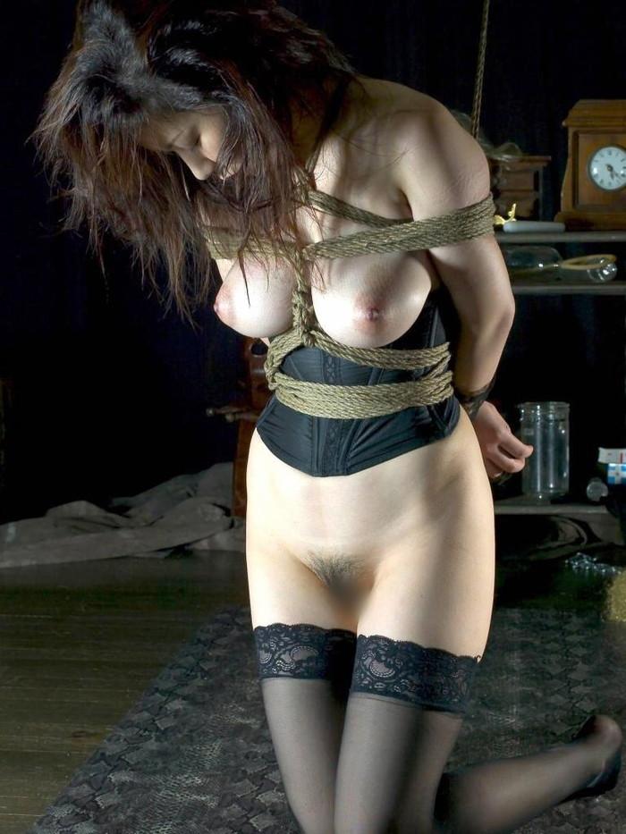 【SM緊縛エロ画像】拘束されて自由を奪われた女を見るとムズムズするよな!? 24