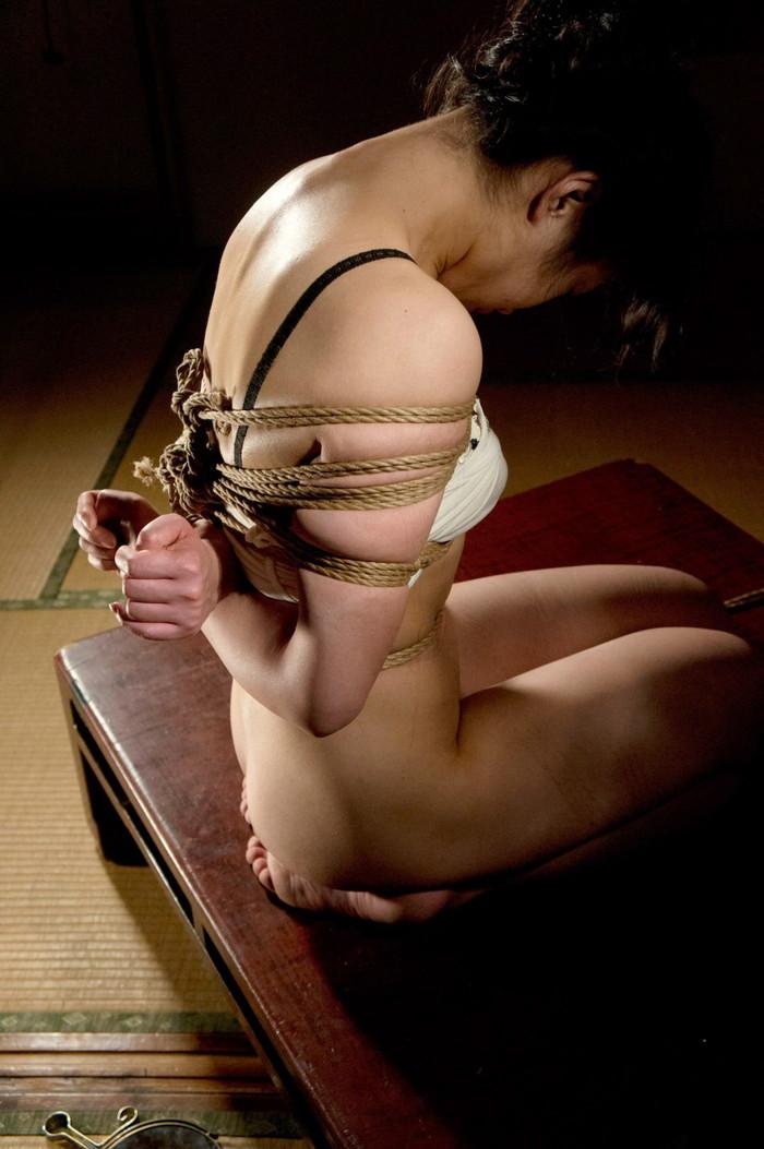 【SM緊縛エロ画像】拘束されて自由を奪われた女を見るとムズムズするよな!? 27