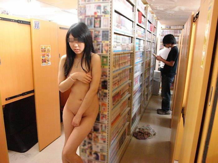 【店内露出エロ画像】マジキチ注意!営業中の店内で露出プレイだと…!? 27