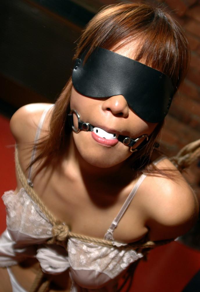 【目隠しプレイエロ画像】研ぎ澄まされた感覚がより敏感な体を作る?目隠しプレイ! 18