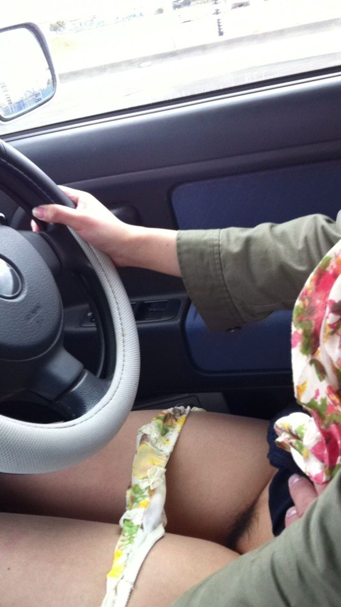 【車内エロ画像】車内という限られた空間内でプチ露出プレイからその先までww 16