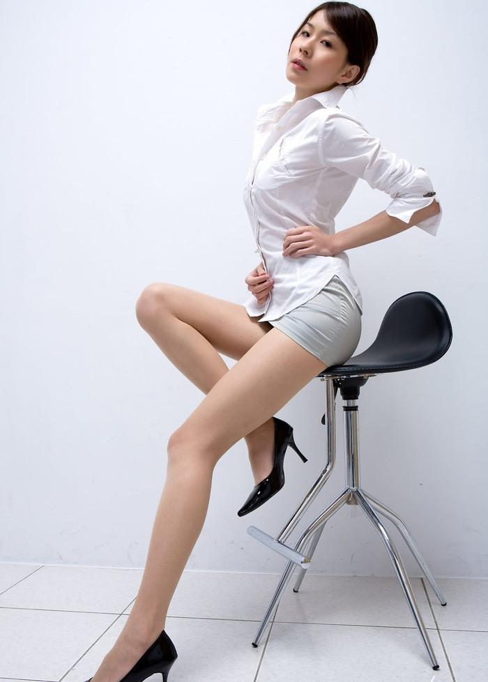 【美脚エロ画像】スラリと伸びるナマツバものの美脚!脚フェチ必見だぞ!? 01