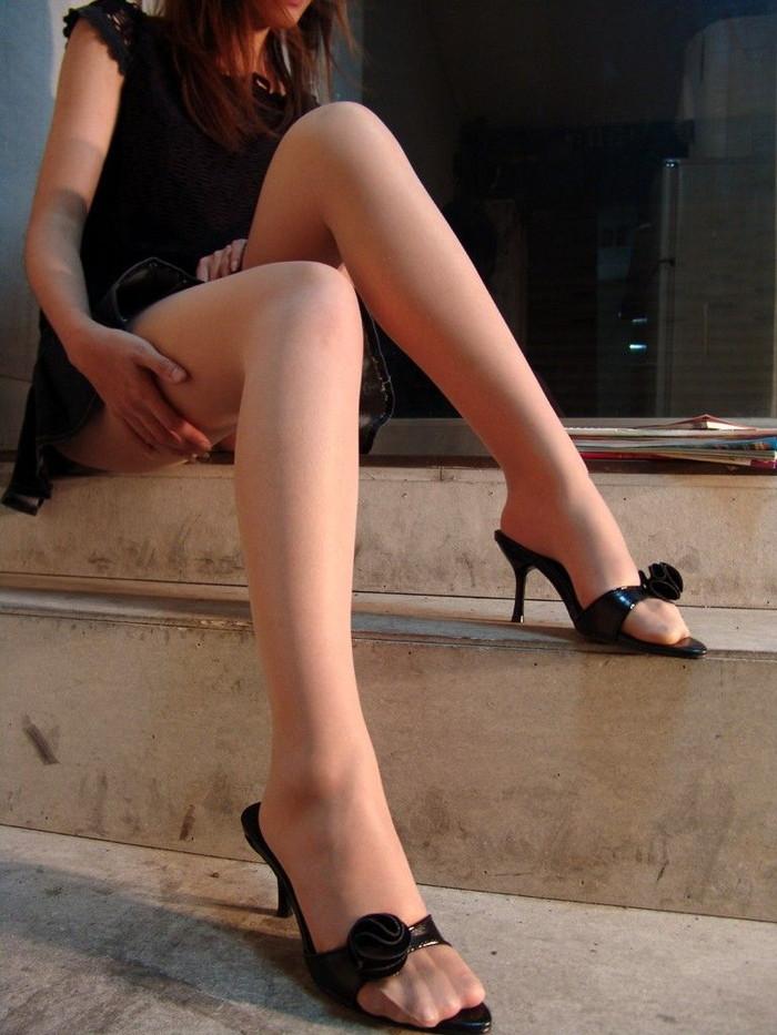 【美脚エロ画像】スラリと伸びるナマツバものの美脚!脚フェチ必見だぞ!? 02