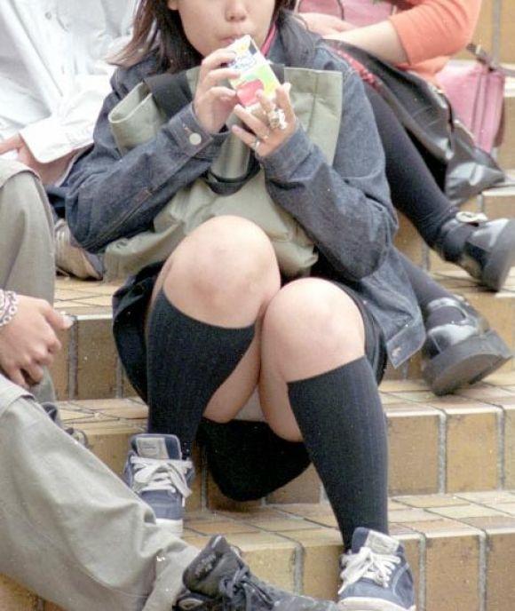 【街撮りパンチラエロ画像】街中でパンチラしている女の子たちを激写した結果www 01