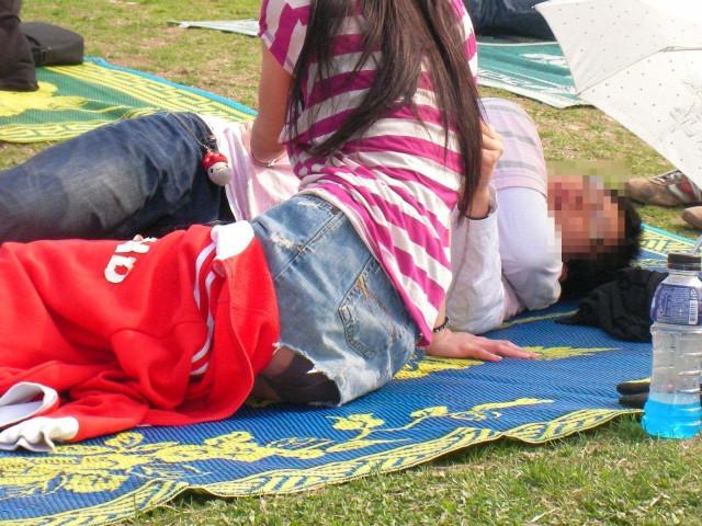 【街撮りパンチラエロ画像】街中でパンチラしている女の子たちを激写した結果www 04