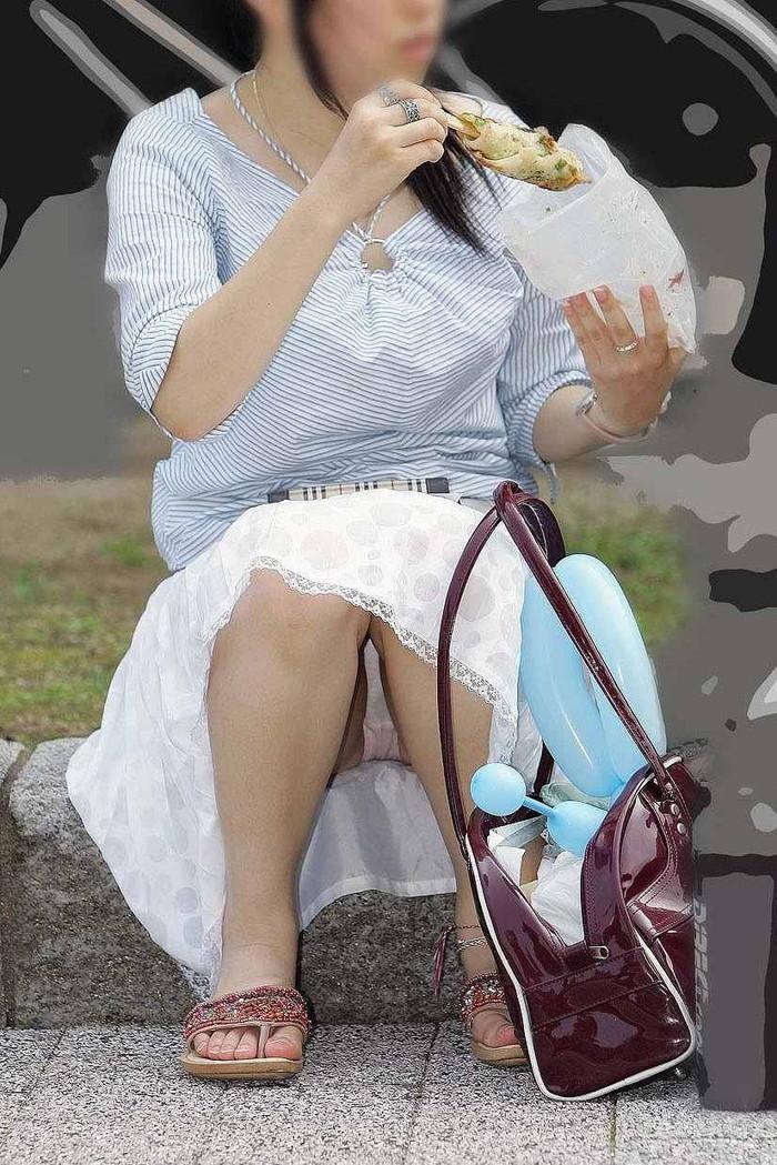【街撮りパンチラエロ画像】街中でパンチラしている女の子たちを激写した結果www 08
