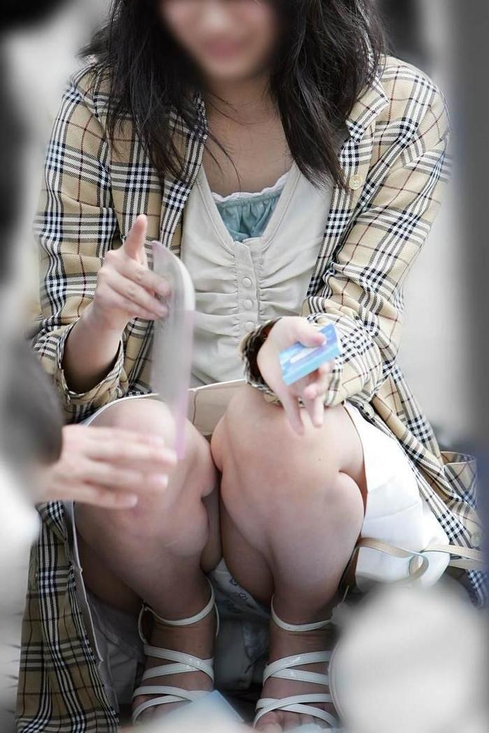 【街撮りパンチラエロ画像】街中でパンチラしている女の子たちを激写した結果www 11