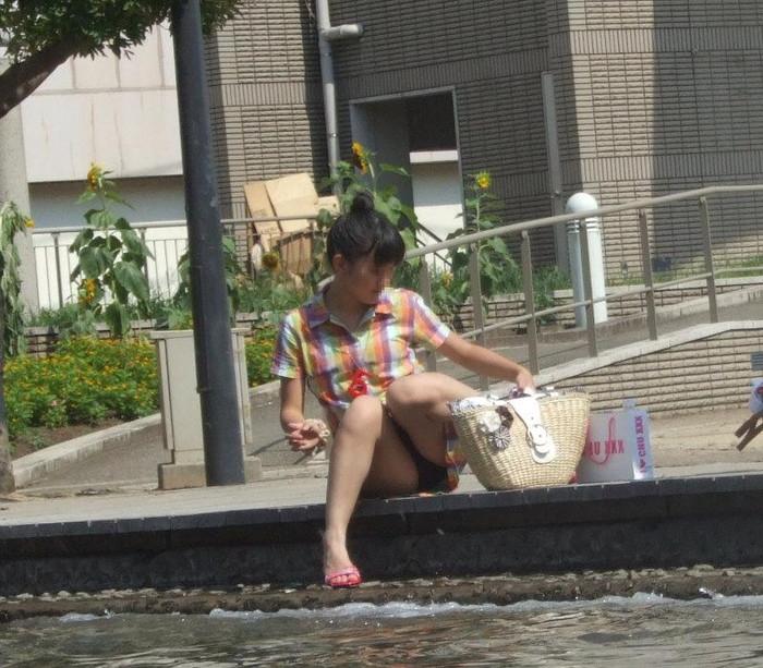 【街撮りパンチラエロ画像】街中でパンチラしている女の子たちを激写した結果www 12