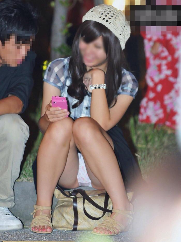 【街撮りパンチラエロ画像】街中でパンチラしている女の子たちを激写した結果www 13