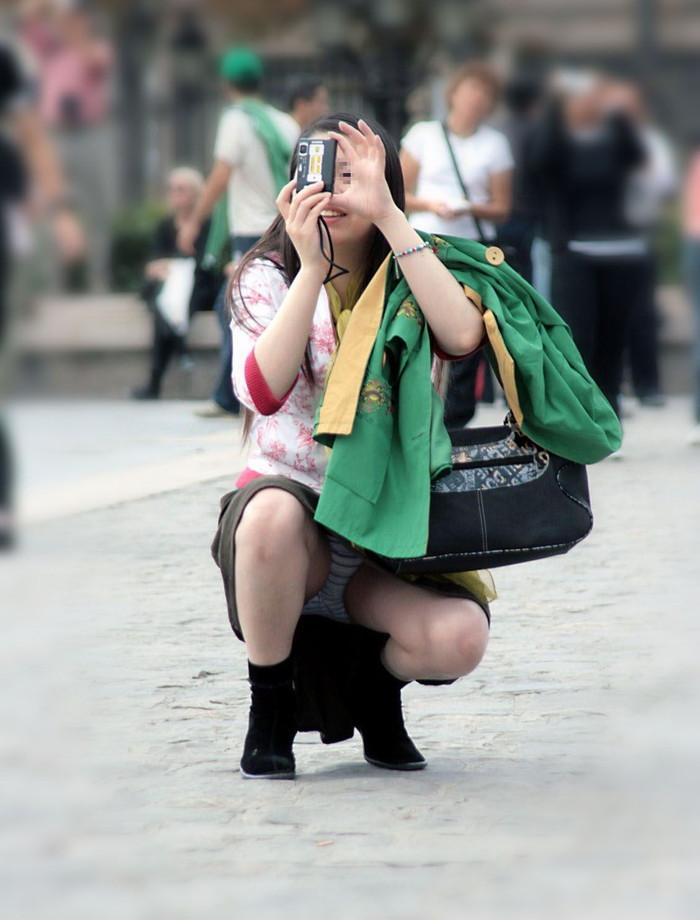 【街撮りパンチラエロ画像】街中でパンチラしている女の子たちを激写した結果www 18